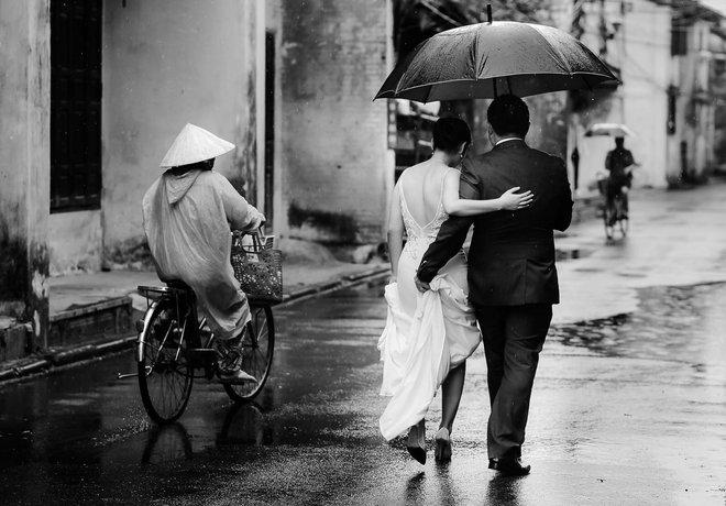 Mưa, chiếc ô rách và những câu chuyện khiến lòng người thổn thức - Ảnh 10.