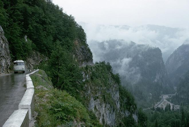 Những cung đường nguy hiểm nhất thế giới chỉ nhìn thôi cũng đủ thấy hoang mang - Ảnh 14.