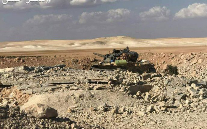 [VIDEO] Xe tăng, máy bay quân đội Syria phối hợp tái chiếm làng Qasr Ali khỏi tay HTS