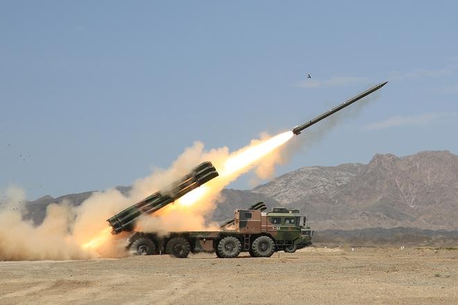 Trung Quốc diễu võ giương oai bằng pháo phản lực nhái và xe tăng lạc hậu - Ảnh 3.