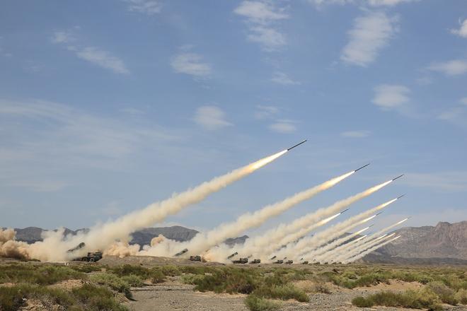 Trung Quốc diễu võ giương oai bằng pháo phản lực nhái và xe tăng lạc hậu - Ảnh 4.