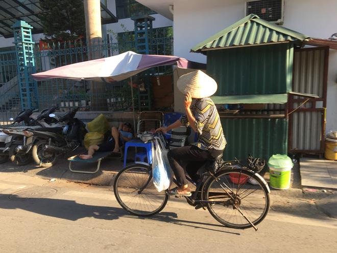 Ảnh: Người Hà Nội mệt nhoài mưu sinh, phố đi bộ vắng như sáng mùng 1 Tết vì nắng nóng - Ảnh 3.