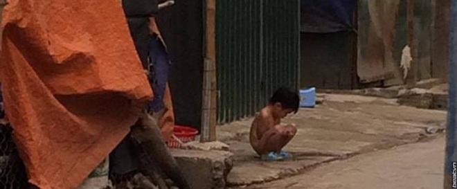 Người mẹ lý giải việc để con gái 3 tuổi không mặc quần áo đứng giữa trời mưa rét - Ảnh 1.