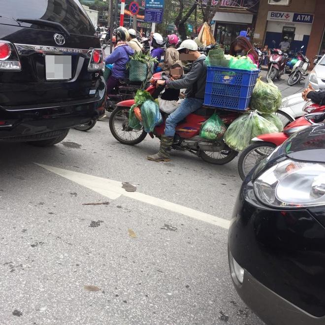 Khoảnh khắc trên phố Hà Nội khiến người ta vừa giận vừa thương - Ảnh 1.
