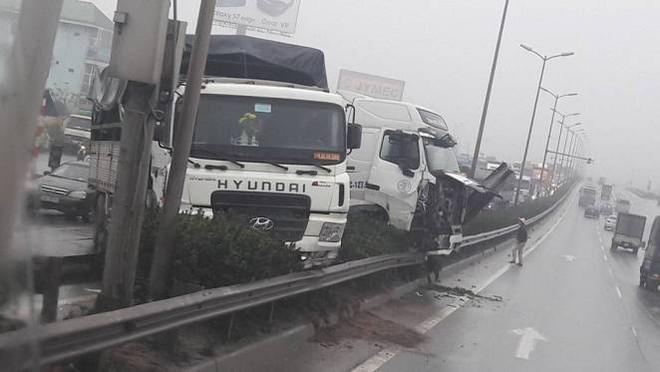 Tránh vụ va chạm giao thông, xe container lao qua thành cầu Thanh Trì đâm xuống đất - Ảnh 1.