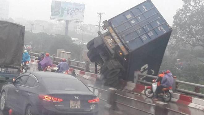 Tránh vụ va chạm giao thông, xe container lao qua thành cầu Thanh Trì đâm xuống đất - Ảnh 2.