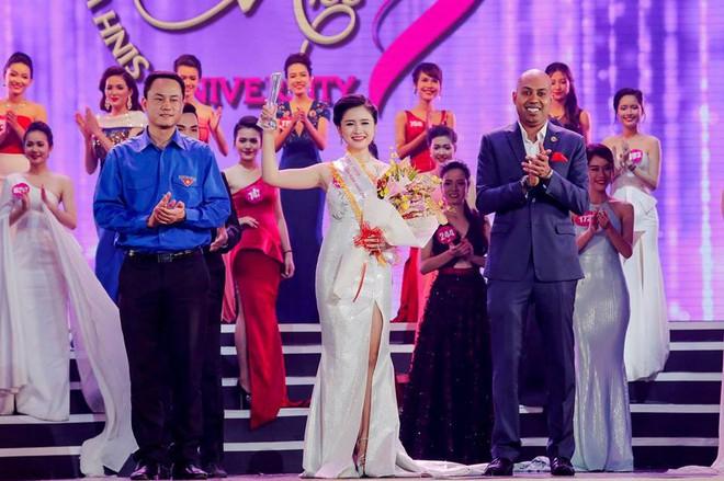 Hoàng Hậu Phương Đông, cô gái với cây Guitar Hawaii xuất hiện trong lễ đón cựu TT Obama - Ảnh 3.