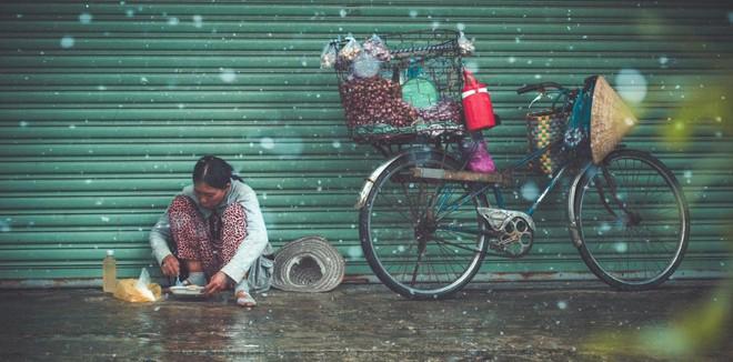 Mưa, chiếc ô rách và những câu chuyện khiến lòng người thổn thức - Ảnh 2.