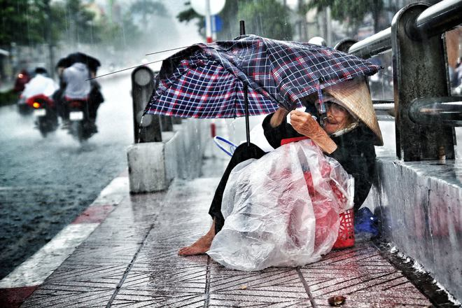 Mưa, chiếc ô rách và những câu chuyện khiến lòng người thổn thức - Ảnh 9.