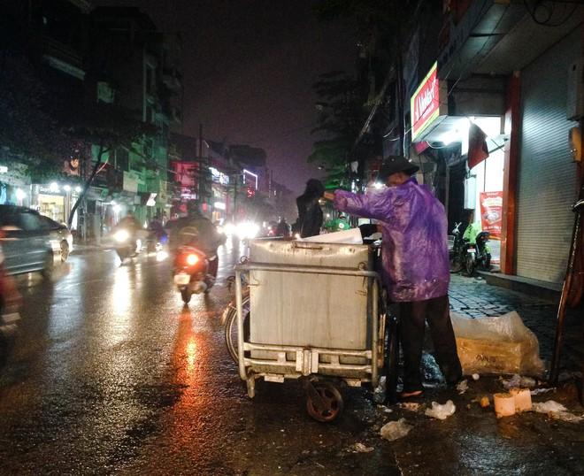 Mưa, chiếc ô rách và những câu chuyện khiến lòng người thổn thức - Ảnh 4.