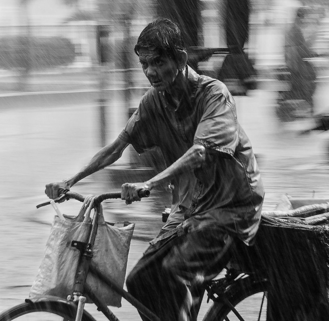 Mưa, chiếc ô rách và những câu chuyện khiến lòng người thổn thức - Ảnh 3.