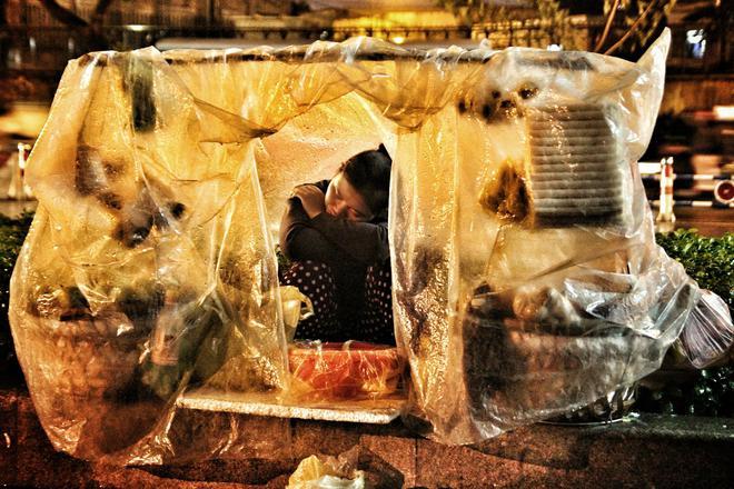 Mưa, chiếc ô rách và những câu chuyện khiến lòng người thổn thức - Ảnh 7.