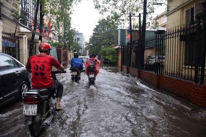Dân Thủ đô chật vật vượt qua biển nước trong mưa lớn sáng nay - Ảnh 5.