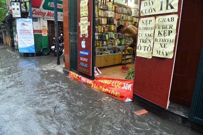 Dân Thủ đô chật vật vượt qua biển nước trong mưa lớn sáng nay - Ảnh 6.