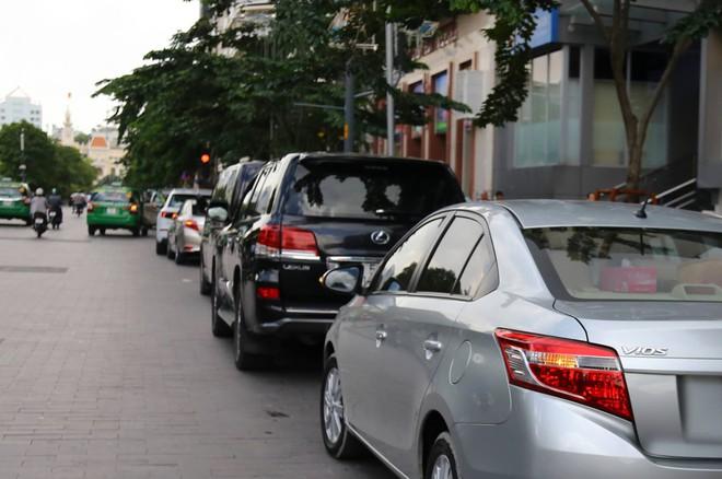 Ảnh: Hàng dài ô tô tái chiếm lòng lề đường quận 1 sau khi ông Đoàn Ngọc Hải ngừng ra quân - Ảnh 2.