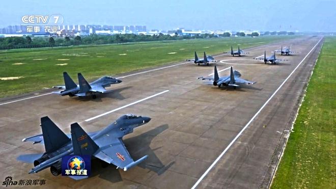 [ẢNH] Song kiếm Su-30MKK và J-10 của Trung Quốc huấn luyện tác chiến - Ảnh 1.