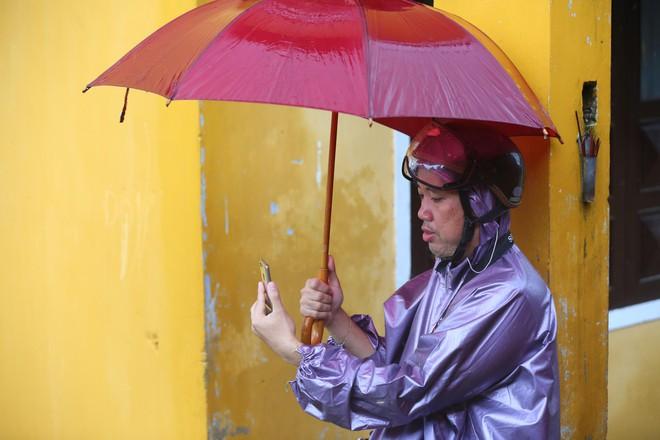 Du khách nước ngoài thích thú lội nước, chụp hình trong lũ ở Hội An - Ảnh 8.