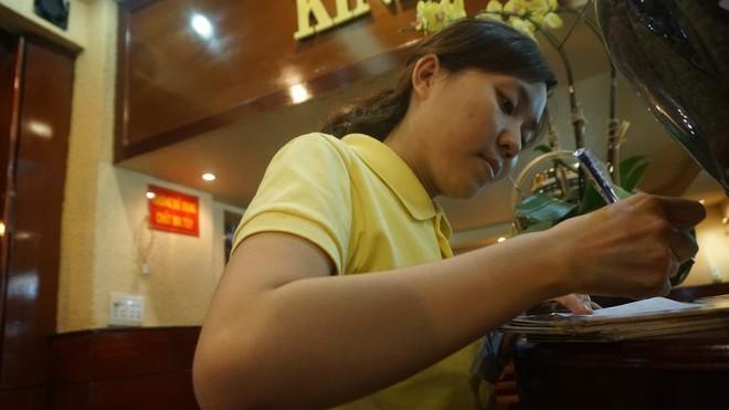 Nữ nhân viên quán cà phê Sài Gòn kể về ấn tượng khi bưng đồ uống cho Thủ tướng Canada - Ảnh 1.