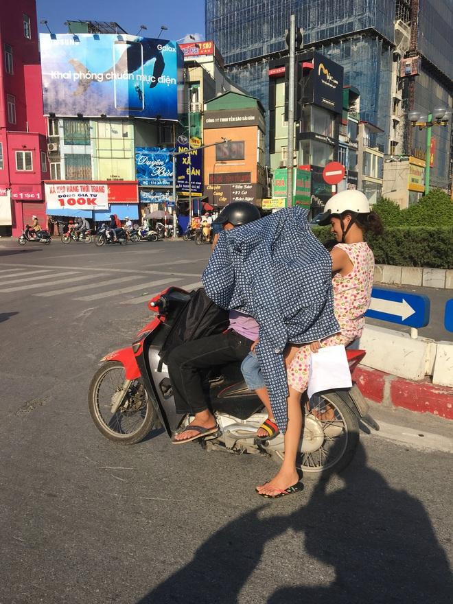 Ảnh: Người Hà Nội mệt nhoài mưu sinh, phố đi bộ vắng như sáng mùng 1 Tết vì nắng nóng - Ảnh 4.