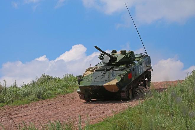Trung Quốc diễu võ giương oai bằng pháo phản lực nhái và xe tăng lạc hậu - Ảnh 5.
