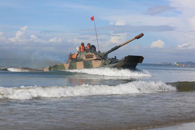 Trung Quốc diễu võ giương oai bằng pháo phản lực nhái và xe tăng lạc hậu - Ảnh 2.