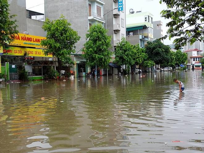 Hà Nội: Mưa lớn ảnh hưởng bão số 2, nhiều tuyến đường biến thành sông - Ảnh 20.