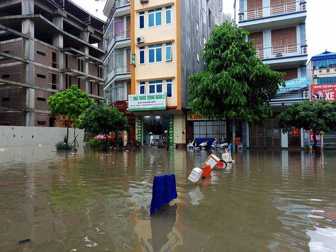 Hà Nội: Mưa lớn ảnh hưởng bão số 2, nhiều tuyến đường biến thành sông - Ảnh 19.