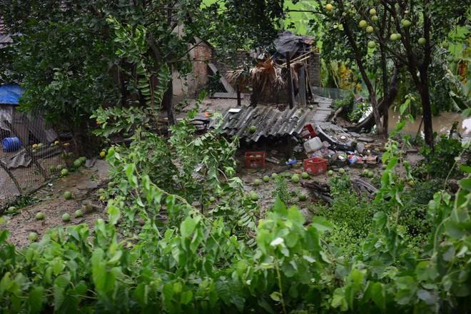 Hàng chục tàu cá chìm, đường sắt tê liệt, phố phường Hà Nội ngập sâu trong bão số 2 - Ảnh 6.