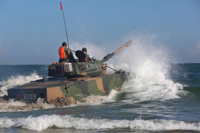 Trung Quốc diễu võ giương oai bằng pháo phản lực nhái và xe tăng lạc hậu - Ảnh 1.