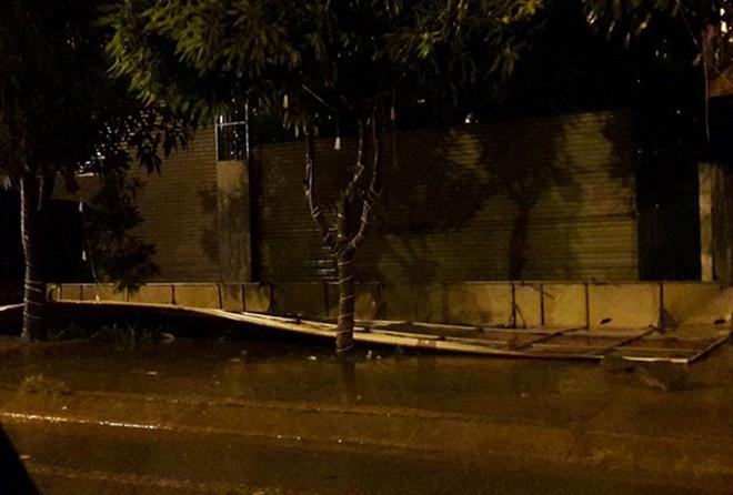 Hàng chục tàu cá chìm, đường sắt tê liệt, phố phường Hà Nội ngập sâu trong bão số 2 - Ảnh 11.