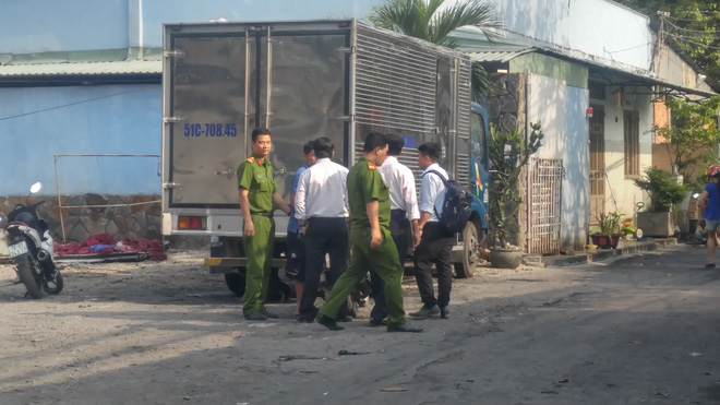TP.HCM: Cần cẩu dự án căn hộ Topaz Home đổ sập vào nhà dân,  2 người bị thương - Ảnh 1.