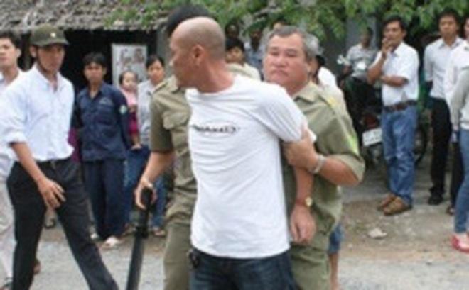 Dân phòng dùng dùi cui đánh 2 thanh niên bị còng tay