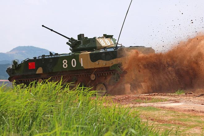 Trung Quốc diễu võ giương oai bằng pháo phản lực nhái và xe tăng lạc hậu - Ảnh 6.