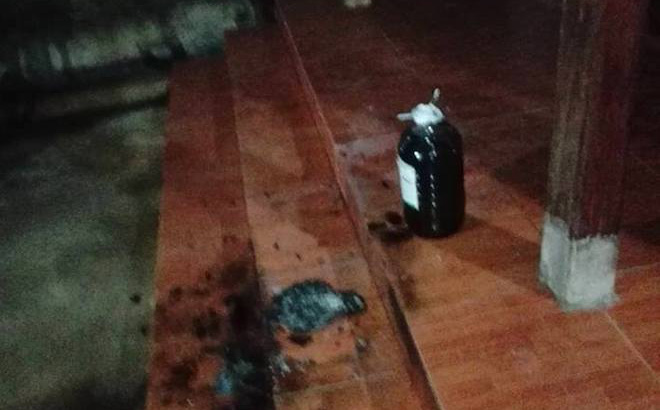 """Nhà nguyên Bí thư Huyện ủy bị ném """"bom xăng"""" trong đêm"""