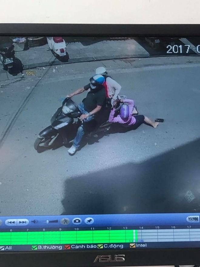 Những hình ảnh gây phẫn nộ trên phố Hà Nội vào giữa trưa - Ảnh 2.