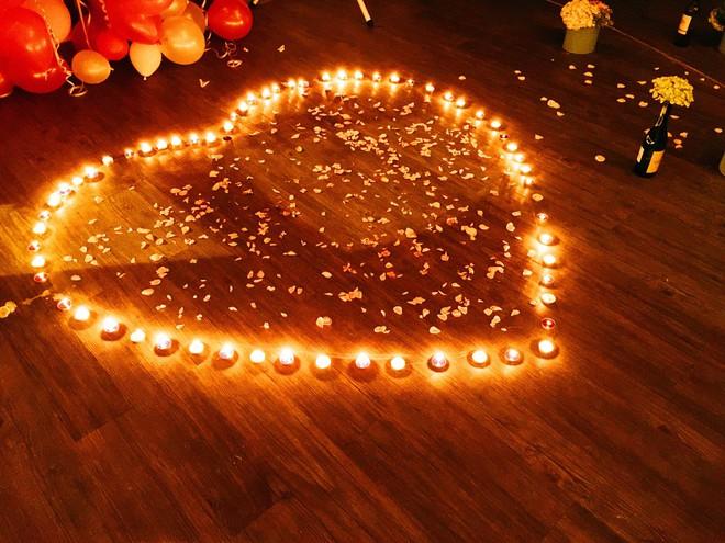 Ngưỡng mộ chàng trai dành 1 năm để chuẩn bị màn cầu hôn lãng mạn với nến và hoa - Ảnh 10.