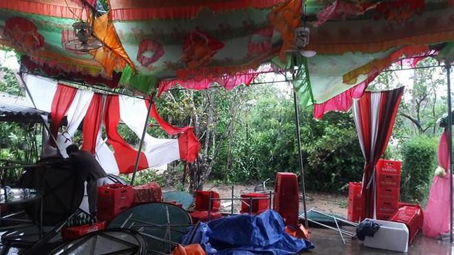 Quảng Trị: Nhà trai xắn quần, cắp dép vượt lũ đi đón dâu ngày mưa bão - Ảnh 7.