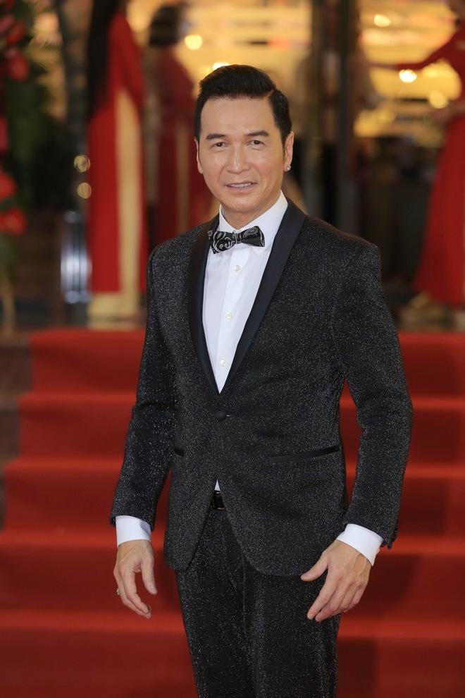 Ca sĩ hải ngoại Nguyễn Hưng từ chối tiết lộ cát-xê, khoe vũ đạo điêu luyện ở tuổi 62 - Ảnh 1.