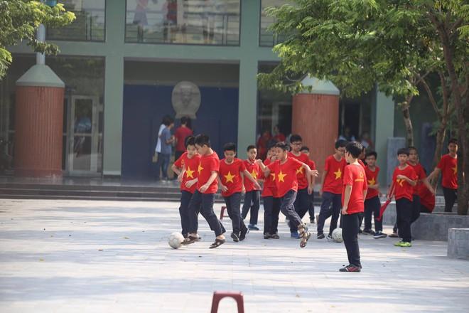 Sáng nay, trường Lương Thế Vinh không chào cờ đầu tuần, thầy cô mặc đồng phục áo đen lên lớp - Ảnh 1.