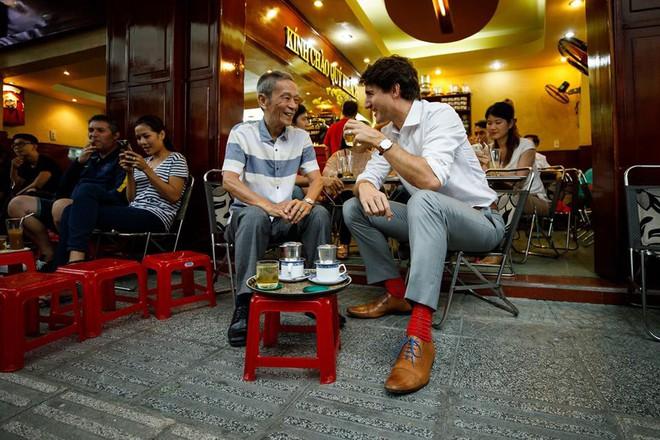 Nữ nhân viên quán cà phê Sài Gòn kể về ấn tượng khi bưng đồ uống cho Thủ tướng Canada - Ảnh 2.
