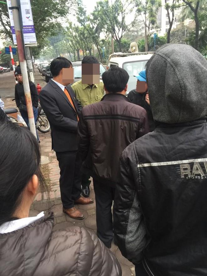 Lái xe xảy ra va chạm, người đàn ông mặc áo bay chửi bới công an ngay giữa đường - Ảnh 3.