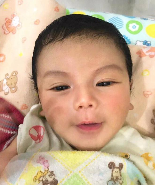 Sự thật đằng sau bức ảnh chàng trai bế em bé nổi như cồn trên mạng xã hội - Ảnh 1.