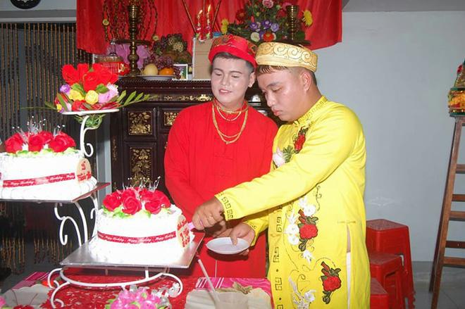 Cả làng chạy qua xem cặp đôi đồng tính nam làm đám cưới linh đình - Ảnh 2.