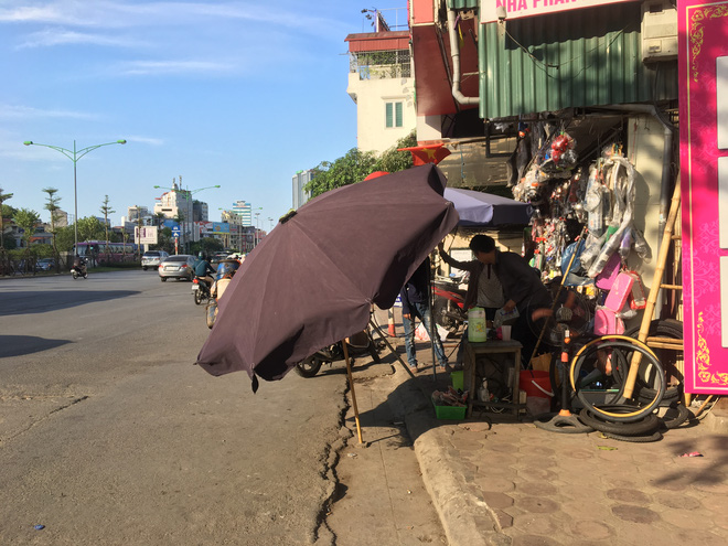 Ảnh: Người Hà Nội mệt nhoài mưu sinh, phố đi bộ vắng như sáng mùng 1 Tết vì nắng nóng - Ảnh 7.
