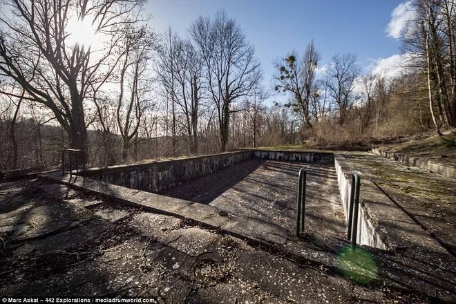 Thâm nhập hầm trú ẩn bí mật của Hitler sâu 30m dưới lòng đất: Đội thám hiểm bị ám ảnh - Ảnh 1.