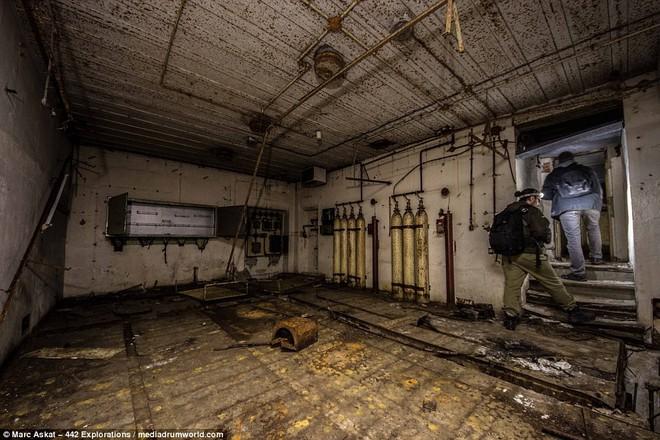 Thâm nhập hầm trú ẩn bí mật của Hitler sâu 30m dưới lòng đất: Đội thám hiểm bị ám ảnh - Ảnh 5.
