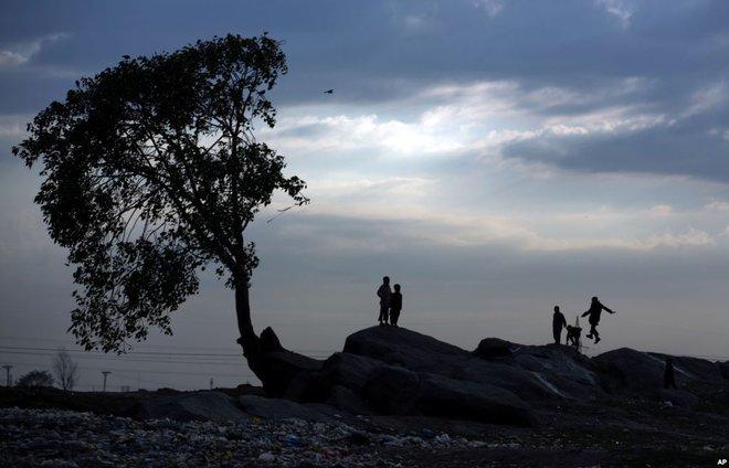 24h qua ảnh: Người Indonesia vượt nước lũ bằng bè tự chế - Ảnh 12.