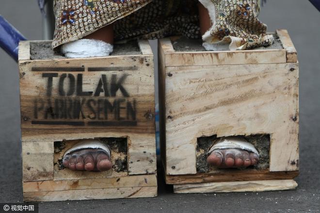 Đằng sau hình ảnh nông dân Indonesia đồng loạt chôn chặt chân trong xi măng - Ảnh 3.
