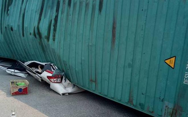Nam Định: Xe container đè bẹp ô tô Toyota Yaris, ít nhất 2 người tử vong