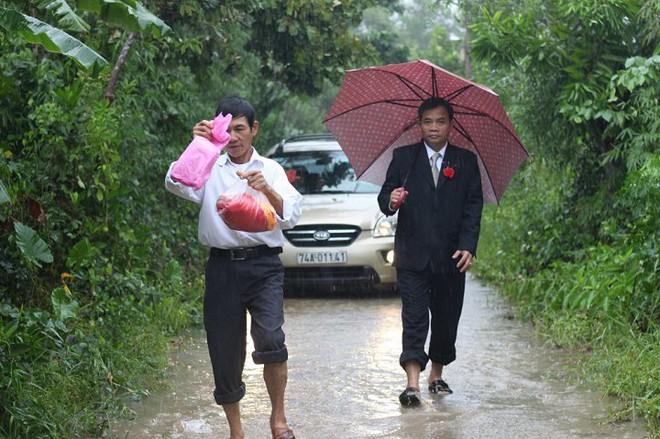 Quảng Trị: Nhà trai xắn quần, cắp dép vượt lũ đi đón dâu ngày mưa bão - Ảnh 12.